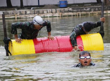 Asah Kemampuan Berenang, Prajurit Yonif 3 Marinir Laksanakan Latihan Obstace Swimming