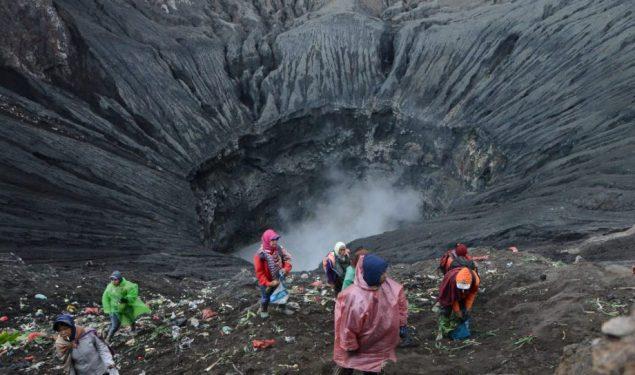 Warga Tengger Berebut Berkah Ritual Kasodo di Kawah Gunung Bromo